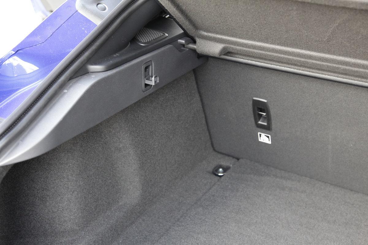 Jaguar I-Pace HSE. Smart med krok for handleposen. Foto: ©Morten Larsen