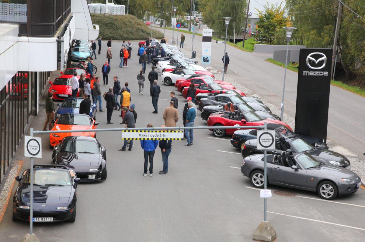 Norsk MX-5 Miata Klubb hadde møte ved Grini Næringssenter og Østerås Bilsenter.