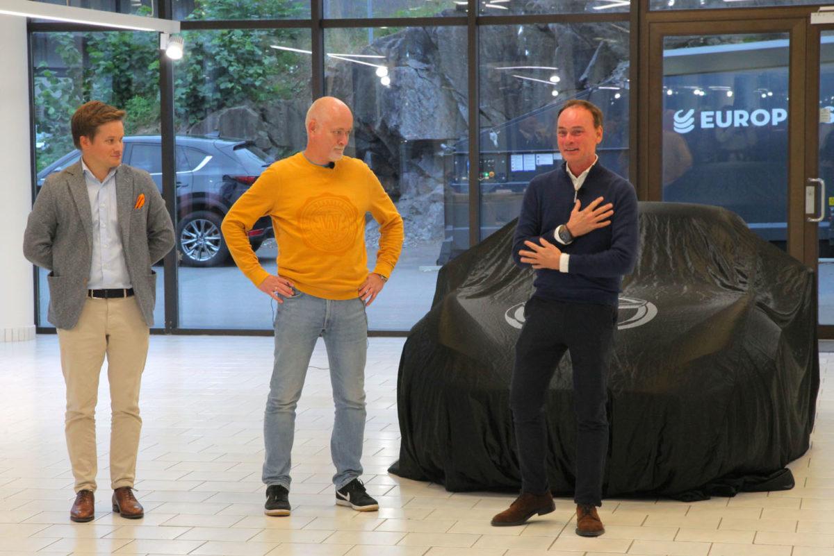 Fra venstre: Petter Chr. Grüner Brinch, Mazda Motor Norge, Tore Strøm, formann Norsk MX-5 Miata KLubb og Morten Johnsen, Østerås Bilsenter AS