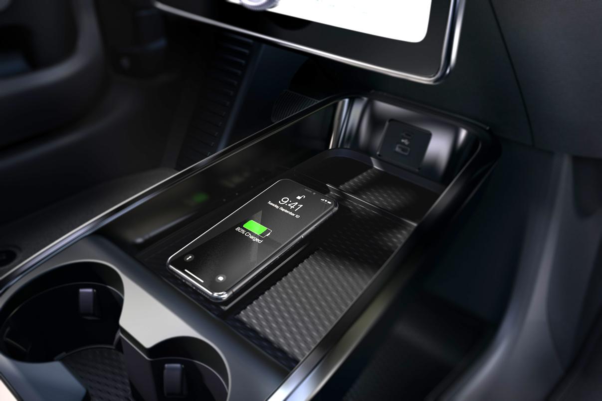 Ford Mustang Mach-E. Med Technics-pakke er det en ladeplass for induktiv lading av mobiltelefon. Foto: Ford